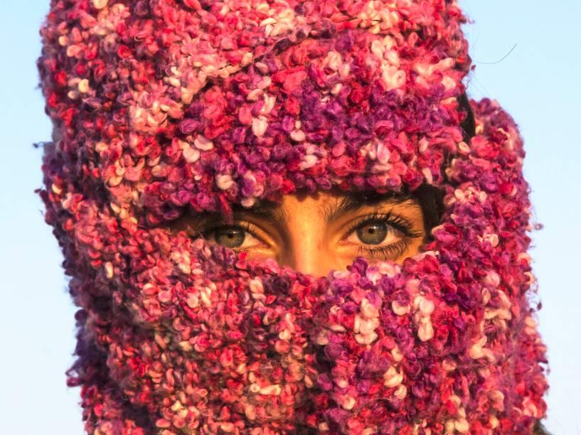 Perto da vila sérvia de Berkasovo, mulher síria cobriu o rosto com um pano enquanto esperava para atravessar a fronteira da Sérvia para a Croácia