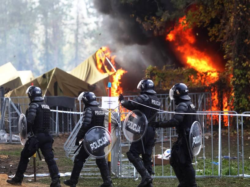 Policiais chegam ao campo de refugiados que pegou fogo nesta quarta-feira na Eslovênia, as causas do incêndio são desconhecidas - 21/10/2015