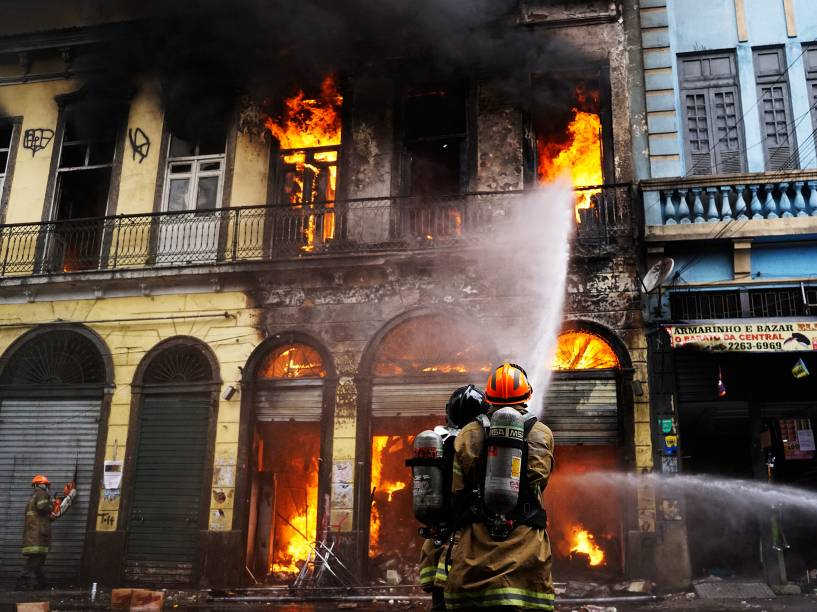 Incêndio atingiu um sobrado na região da Central do Brasil. O local, onde funcionava uma loja de artigos para festa, fica na rua Senador Pompeu. Bombeiros do quartel central tentaram combater o fogo que estava atingindo o imóvel ao lado