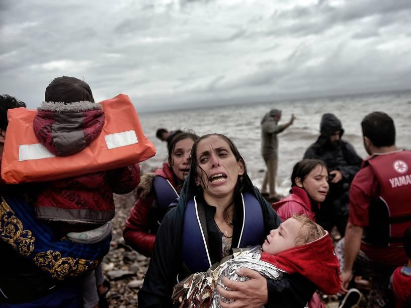 Refugiados e imigrantes chegaram à ilha grega de Lesbos, após cruzar o Mar Egeu vindos da Turquia. O plano europeu para recolocar refugiados em outros países da União Européia pode ser paralisado apenas duas semanas após começar se os Estados participantes não cumprirem com suas obrigações