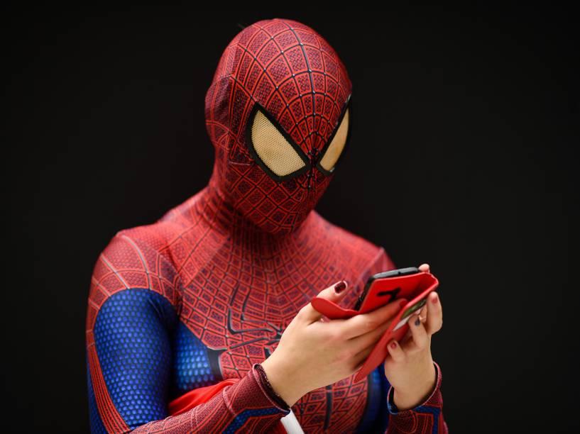 Mulher vestida de Homem Aranha usa seu celular na Comic Con de Londres, na Inglaterra - 23/10/2015