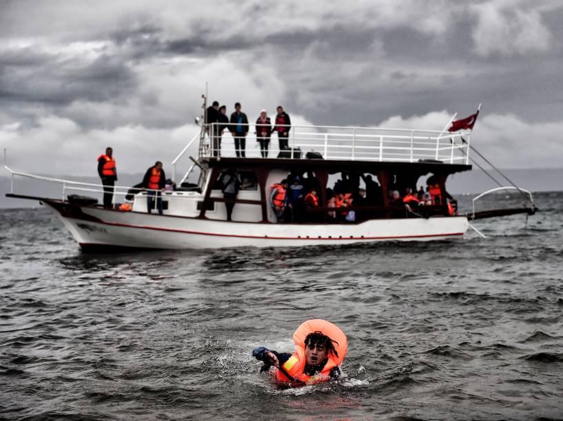 Refugiados chegam à ilha de Lesbos, na Grécia, depois de atravessarem o mar Egeu - 23/10/2015