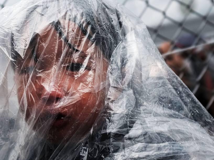 Criança doente aguarda para ser atendida por um médico em um centro de processamento de migrantes no campo de Moria na ilha de Lesbos, na Grécia - 23/10/2015