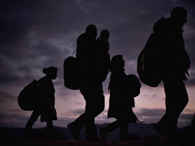 Refugiados atravessam a pé da aldeia de Rigonce para o campo de refugiados de Brezice, na Eslovênia - 23/10/2015