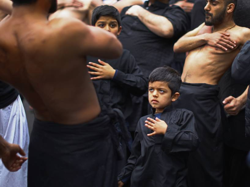 Muçulmanos xiitas batem no peito enquanto participam em um ritual de auto-flagelação, em Manchester, na Inglaterra para celebrar a festa religiosa que lembra o martírio de Hussein, o terceiro imã dos xiitas e neto do profeta Maomé - 23/10/2015