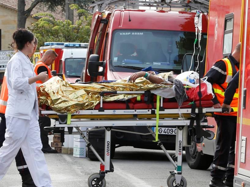 Equipes de resgate trabalham no local de um acidente em Puisseguin, na França. Um veículo que levava membros de um clube de idosos colidiu com um caminhão; pelo menos 42 pessoas morreram - 23/10/2015