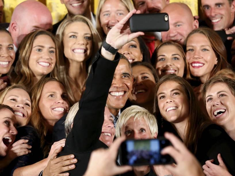 Presidente Barack Obama, posa para uma selfie com as atletas da seleção de futebol feminino dos Estados Unidos durante cerimônia que homenageia as últimas campeãs da Copa do Mundo da Fifa na Casa Branca, em Washington - 27/10/2015