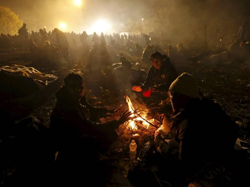 Refugiados esperam para atravessar a fronteira com a Áustria em Sentilj, na Eslovénia - 27/10/2015
