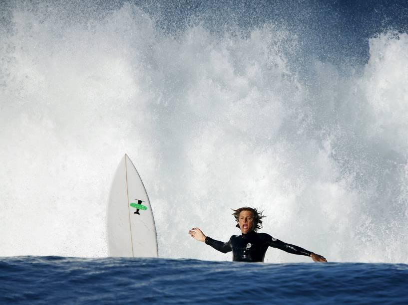 Surfista é jogado para frente enquanto tenta pegar uma onda em Cardiff, na Califórnia - 27/10/2015