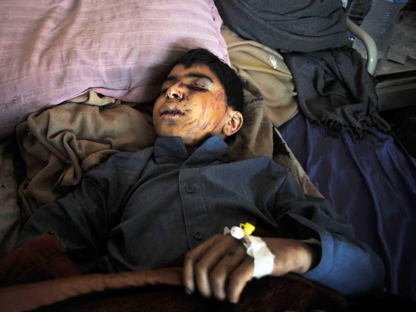 Garoto paquistanês descansa em uma cama de hospital após grande terremoto em Peshawar - 27/10/2015