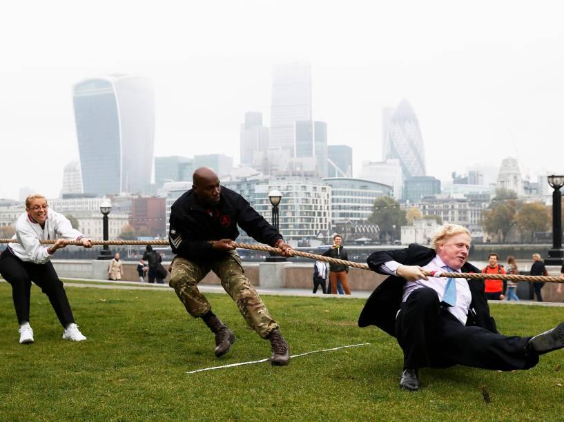 O prefeito de Londres, Boris Johnson, participa de um cabo de guerra com os membros das forças armadas para lançar o London Poppy Day, em Londres. O evento busca arrecadar dinheiro para os membros aposentados e suas famílias - 27/10/2015