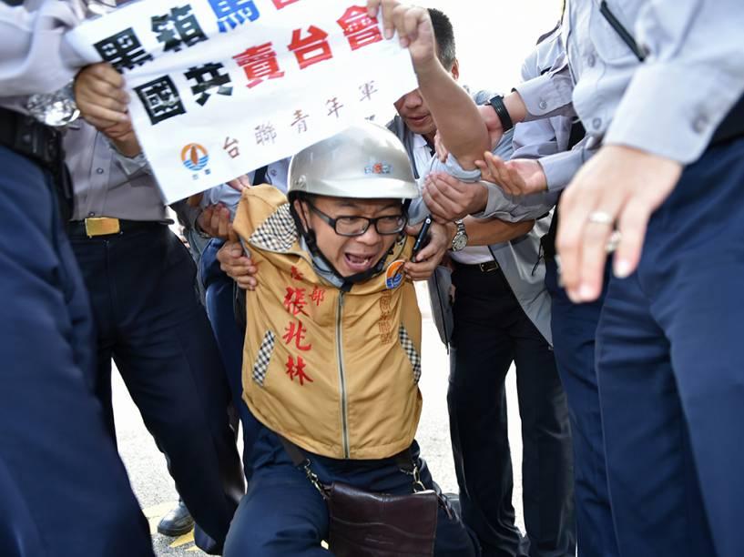 Ativista pró-independência é detido por ter atirado uma bomba de fumaça em frente ao Palácio Presidencial, em Taipei, Taiwan. Os presidentes da China e Taiwan se reunirão neste fim de semana em Cingapura na tentativa de reaproximação dos países