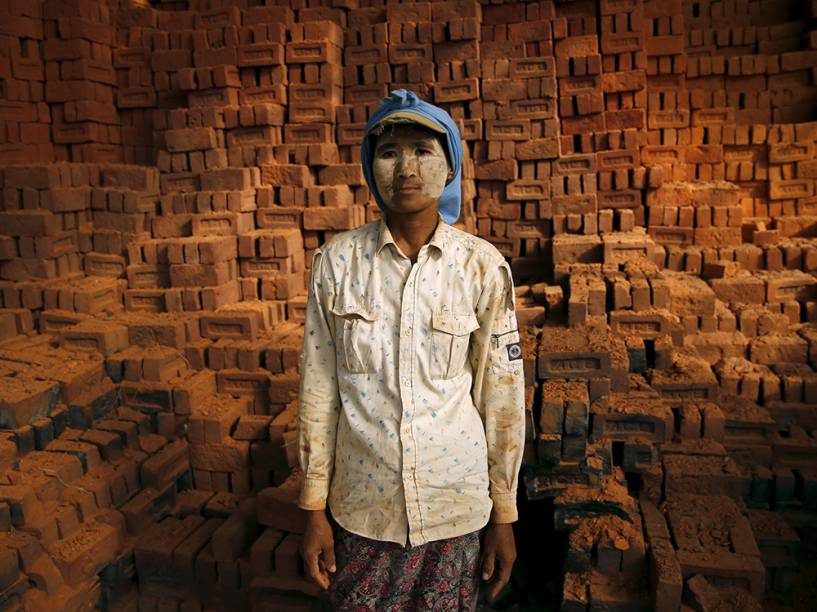 Trabalhadora é fotografada em uma fábrica de tijolos na periferia de Yangon, em Mianmar