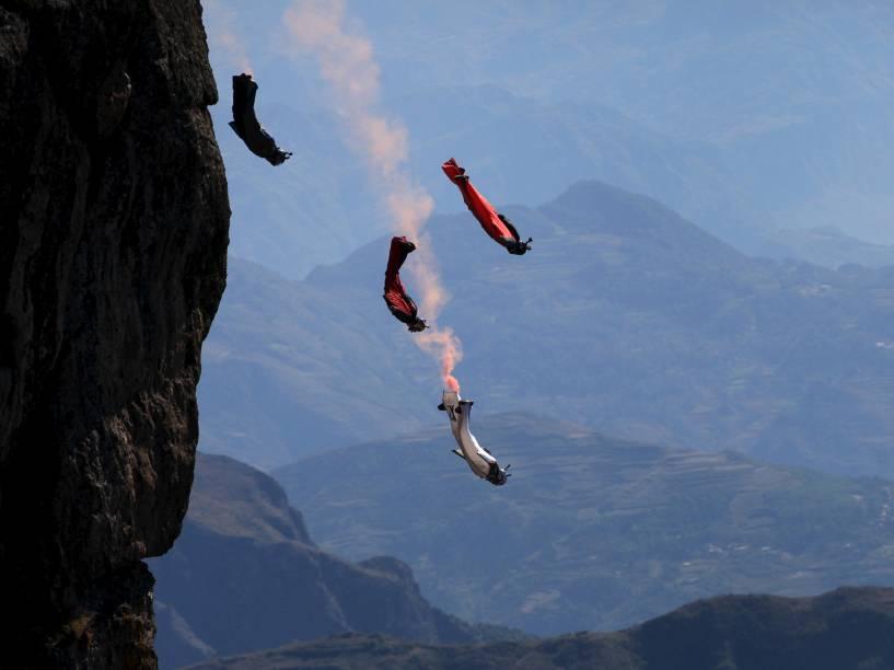 Competidores praticam wingsuit em Zhaotong, província de Yunnan, na China