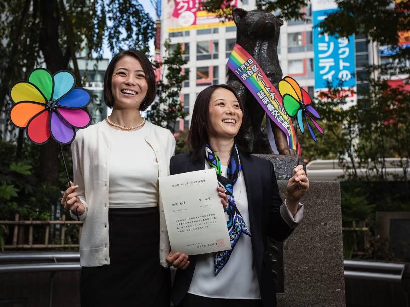 Koyuki Higashi e sua companheira Hiroko Masuhara mostram o certificado de união civil ao deixar o escritório do distrito de Shibuya - que faz parte de Tóquio - como o primeiro casal a obter o documento - 05/11/2015