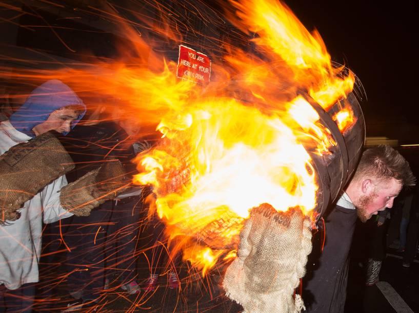 Homem carrega um barril em chamas durante um festival na cidade de Ottery St Mary, na Inglaterra. O objetivo da tradicional competição de mais de 400 anos, é correr o máximo de tempo possível carregando os objetos pegando fogo - 05/11/2015
