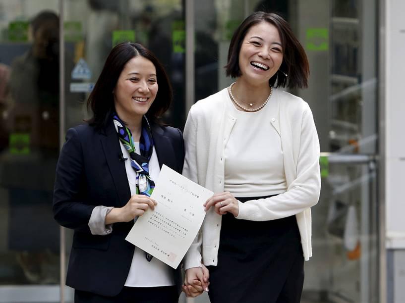Hiroko Masuhara e a parceira Koyuki Higashi mostram o certificado de união civil ao deixar o escritório do distrito de Shibuya - que faz parte de Tóquio - como o primeiro casal a obter o documento, nesta manhã. No Japão, o casamento gay não é regularizado, e apenas agora a união civil entre homossexuais passa a ser reconhecida