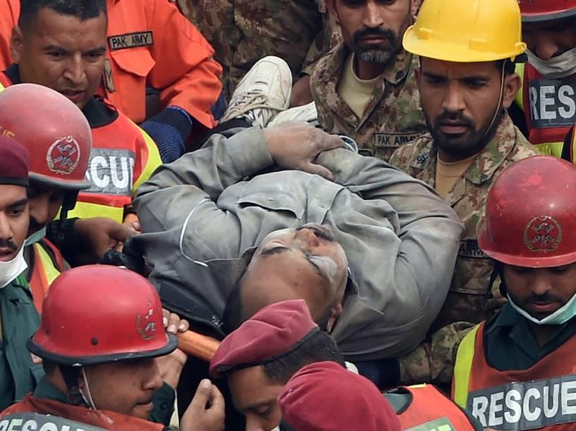 Equipes de resgate paquistanesas removem sobrevivente encontrado na tarde de hoje nos escombros de uma fábrica que desabou na periferia de Lahore na quarta-feira. As equipes conseguiram retirar dos escombros outras 99 pessoas com vida, e ainda procuram por desaparecidos. O desastre deixou pelo menos 18 pessoas mortas