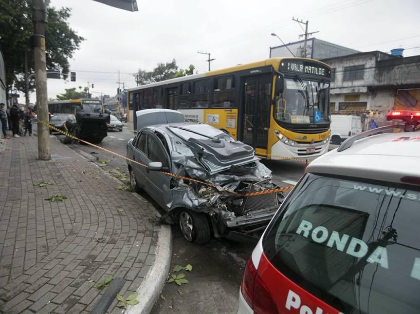 Perseguição policial terminou em um grave acidente na manhã desta quinta-feira (5) na avenida Marechal Tito, na zona leste de São Paulo. O carro, que era roubado, bateu em outro veículo durante a fuga e capotou