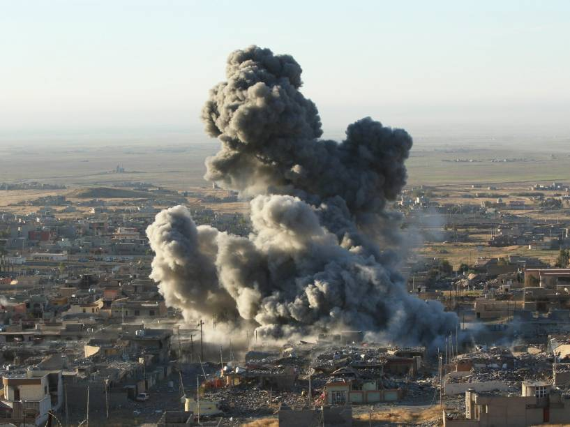 Fumaça é vista após ataque aéreo liderado pelos EUA contra o Estado Islâmico na cidade de iraquiana de Sinjar  - 12/11/2015