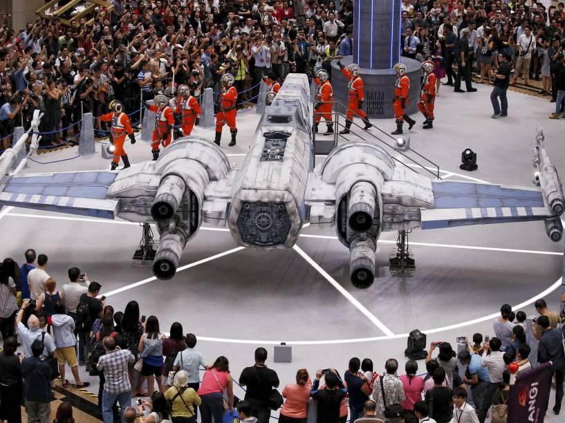 Pessoas se reúnem em torno de uma réplica em tamanho real da nave Fighter X-wing, do filme Star Wars, no aeroporto Changi em Cingapura - 12/11/2015