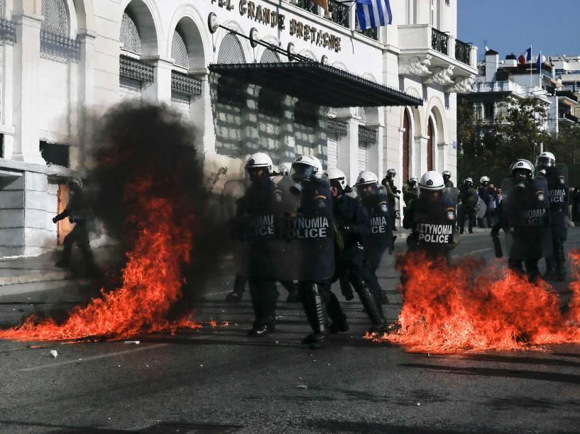Polícia de choque caminha entre as chamas durante confronto com manifestantes em uma greve geral no centro de Atenas, Grécia, devido a medidas de austeridade exigidas por credores internacionais em troca de fundos de resgate - 12/11/2015