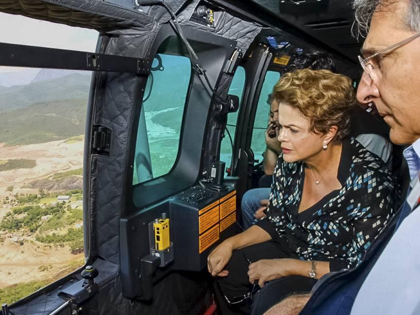 A presidente Dilma Rousseff, junto ao governador de Minas Gerais, Fernando Pimentel, sobrevoa área atingida pelo rompimento da barragem da mineradora Samarco - 12/11/2015