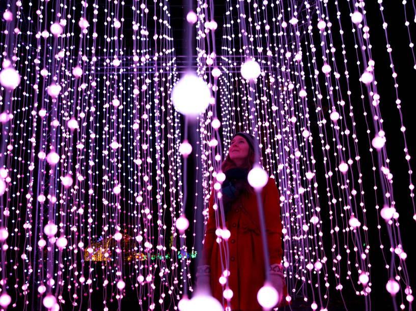 Mulher é fotografada entre iluminações feitas para o Natal em Kew, Londres - 25/11/2015