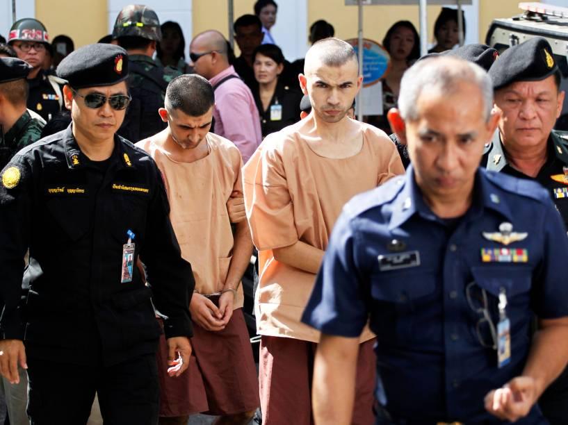 Erawan Shrine e Bilal Mohammad, são escoltados por policiais tailandeses enquanto chegam ao tribunal militar de Bancoc. Eles são acusados de serem responsáveis pelo atentado realizado na cidade em 17 de agosto, que matou 20 pessoas e deixou mais de 120 feridos - 24/11/2015