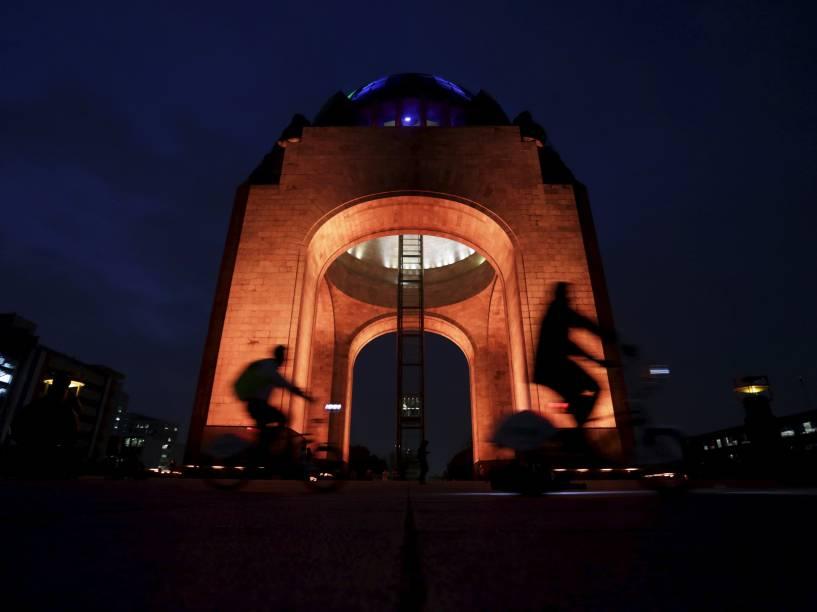 Ciclistas são fotografados enquanto passam em frente o Monumento à Revolução na Cidade do México - 24/11/2015