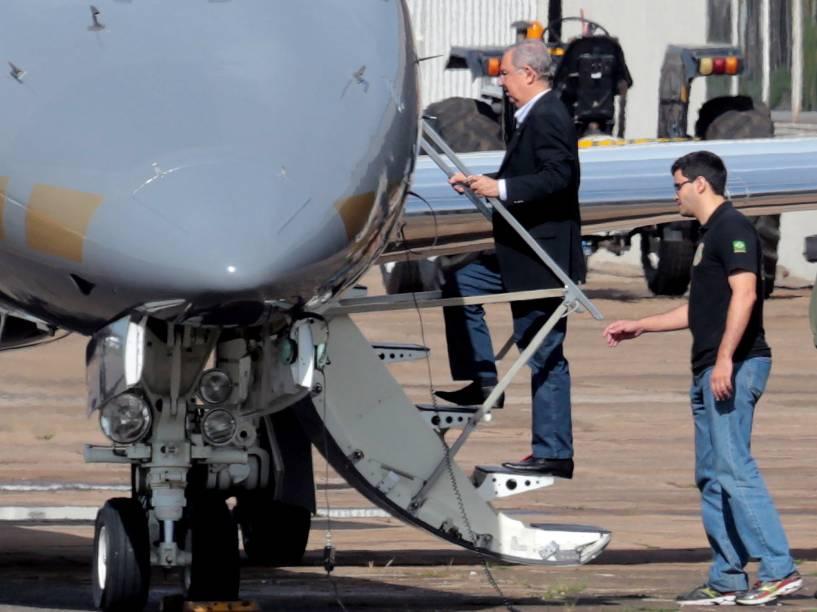 José Carlos Bumlai embarca no avião da Polícia Federal, no aeroporto de Brasília, com destino a Curitiba. Bumlai foi preso pela Polícia Federal em um hotel de Brasília na 21ª fase da Operação Lava Jato - 24/11/2015