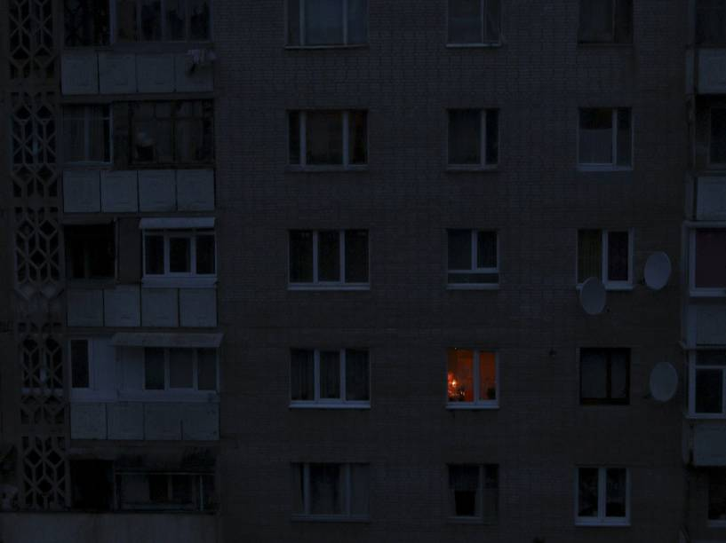Luz de uma vela ilumina quarto em um prédio residencial em Simferopol. A Crimeia continua a depender de geradores de emergência devido a um blackout causado por sabotagem em torres de energia - 24/11/2015