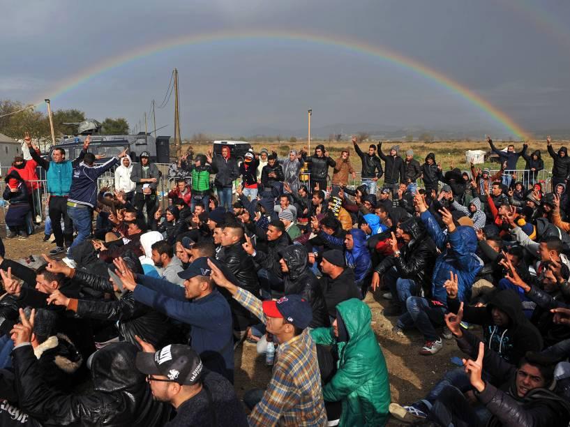 Refugiados protestam na fronteira da Grécia com a Macedônia, próximo à cidade grega de Idomeni, nesta terça-feira (24)