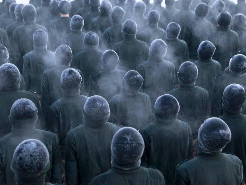 Recrutas do Exército Popular de Libertação, são fotografados durante treinamento em baixas temperaturas numa base militar em Heihe, na China - 30/11/2015