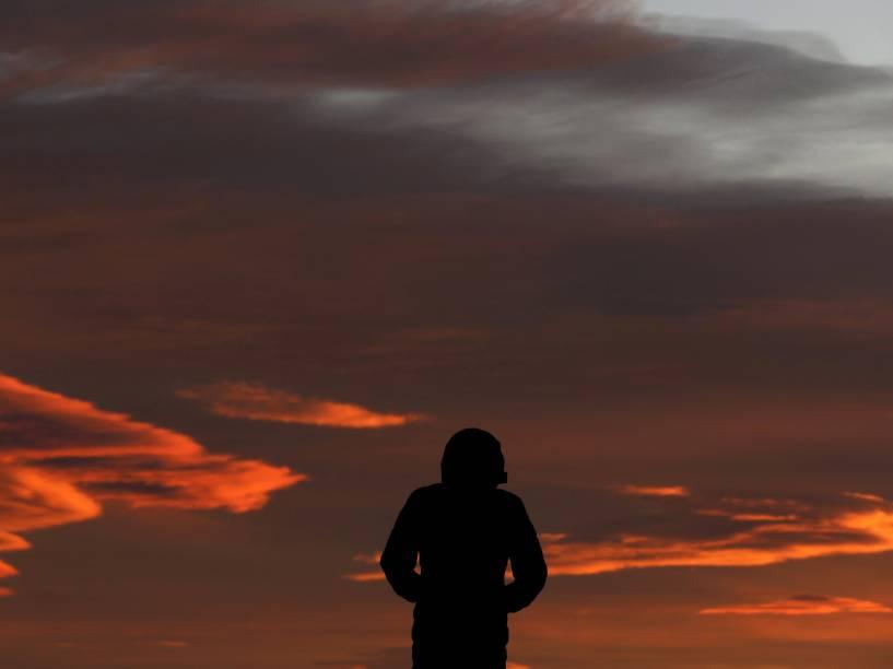 Durante o amanhecer, migrante sírio é visto em um acampamento na fronteira da Grécia com a Macedônia - 30/11/2015