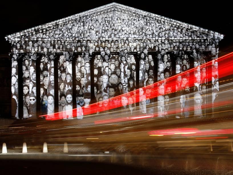 Carros passam pela Assembleia Nacional em Paris, onde uma projeção do artista francês JR é exibida - 30/11/2015