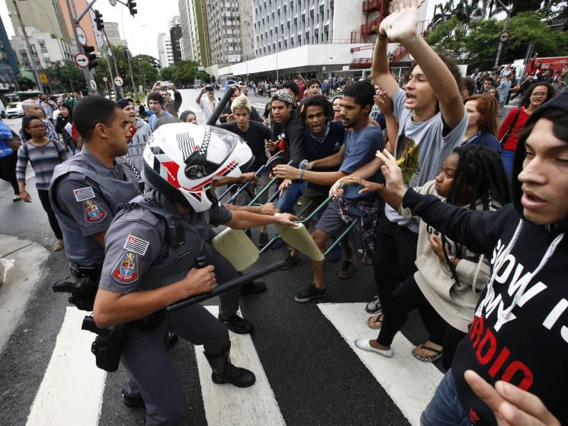 Estudantes protestam contra reforma nas escolas estaduais no cruzamento das avenidas Faria Lima e Rebouças - 30/11/2015