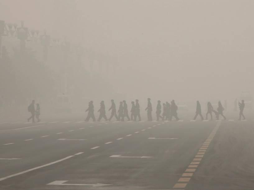 Pedestres caminham pela praça Tiananmen durante dia bastante poluído em Pequim, na China - 30/11/2015