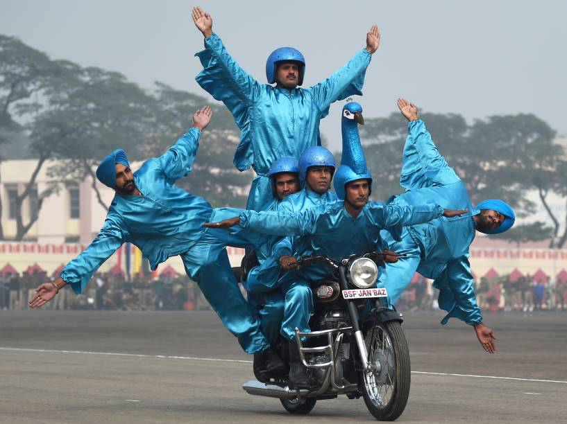 Membros da Força de Segurança de Fronteiras da Índia demonstraram suas habilidades em uma moto durante o aniversário da instituição, em Nova Délhi
