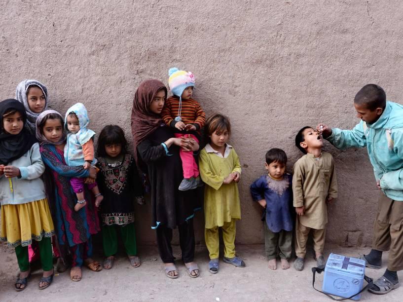 Agente de saúde distribuiu doses da vacina contra a poliomielite durante campanha nos arredores de Jalalabad