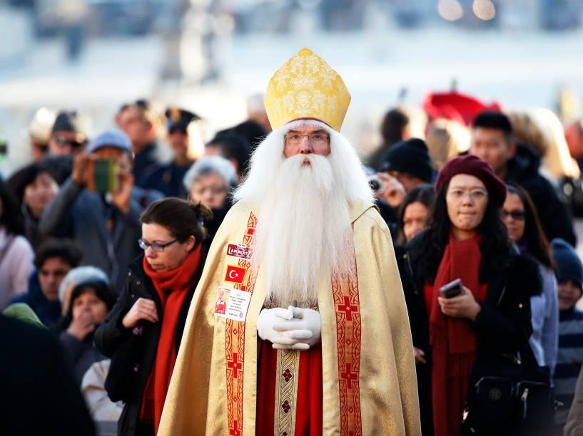 Wolfgang Georg Kimmig-Liebe, da Alemanha, se veste de Papai Noel durante audência semanal liderada pelo Papa Francisco na praça de São Pedro, no Vaticano - 02/12/2015