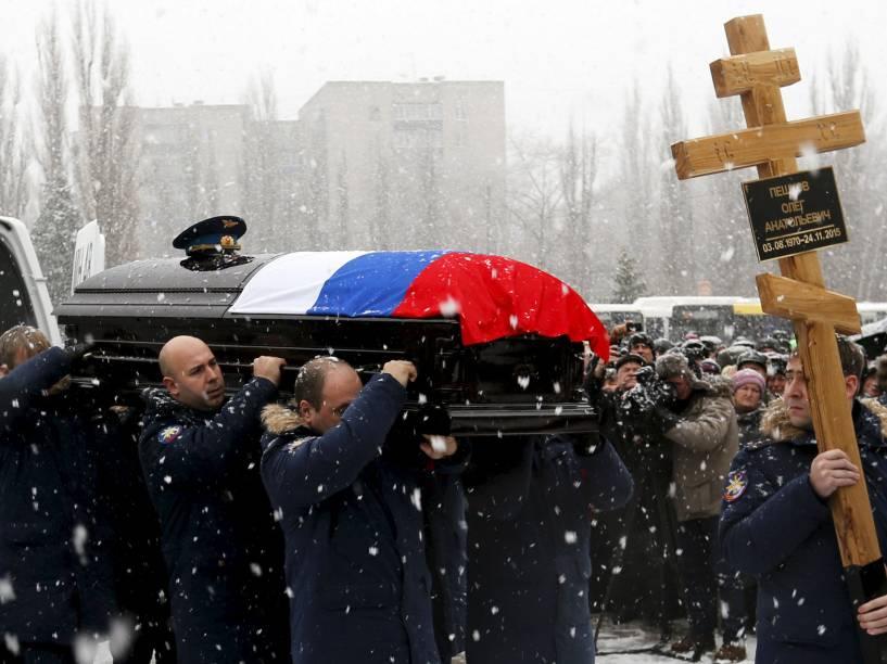 Amigos do piloto Oleg Peshkov, carregam seu caixão no funeral em Lipetsk, Rússia. Oleg pilotava o jato SU-24 quando foi abatido - 02/12/2015