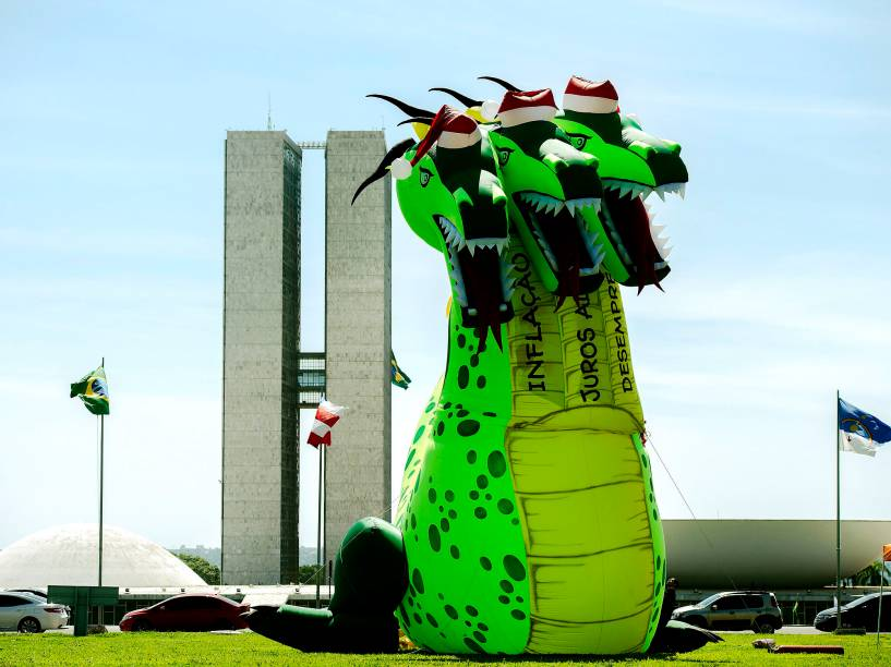 Força Sindical instalou o Dragão Noel de três cabeças em frente ao Congresso Nacional, em Brasília. O boneco inflável tem 13 metros de altura e representa a inflação, os juros altos e o desemprego