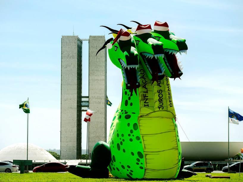Força Sindical instalou o Dragão Noel de três cabeças em frente ao Congresso Nacional, em Brasília, nesta quarta-feira (02). O boneco inflável tem 13 metros de altura e representa a inflação, os juros altos e o desemprego