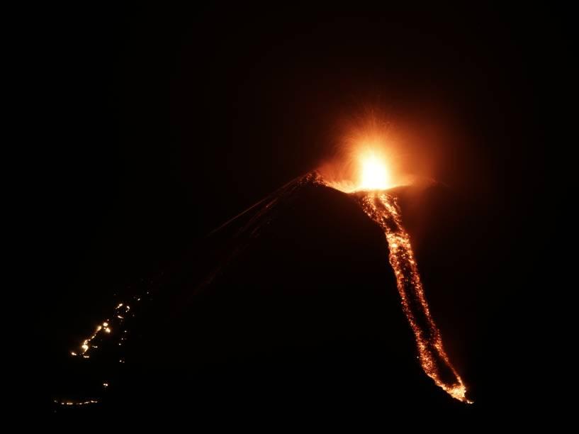 Vulcão Momotombo em erupção visto da comunidade Papalonal, em La Paz Centro, Leon, Nicarágua. O vulcão acordou após 110 anos de inatividade - 02/12/2015