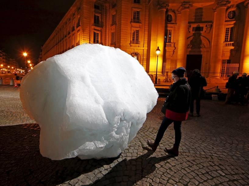 Blocos de gelo trazidos da Groelândia foram instalados na Place du Pantheon, no centro de Paris, em projeto chamado Ice Watch Paris. A capital francesa recebe neste mês a Conferência Mundial Mudanças Climáticas