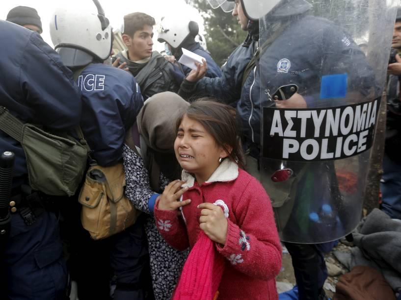 Menina refugiada chora depois de passar por um cordão policial antes de atravessar a fronteira greco-macedônia perto da aldeia de Idomeni, na Grécia - 04/12/2015