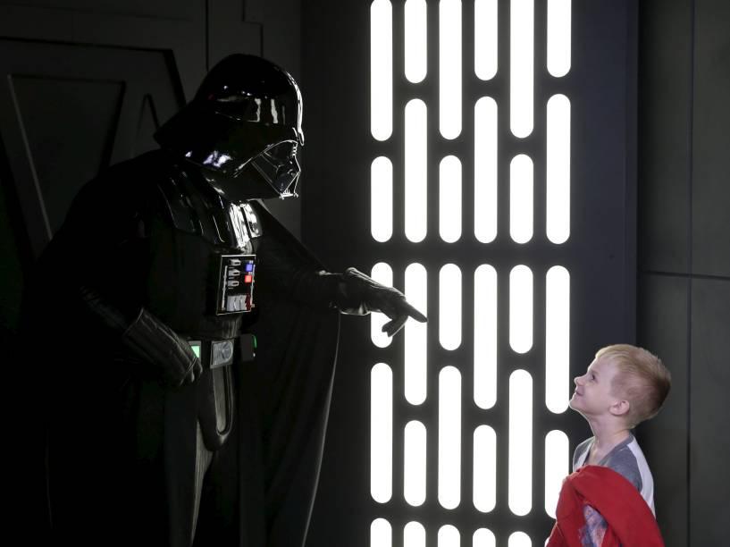 Menino interage com o personagem Darth Vader durante a inauguração de um parque temático da saga Star Wars no Hollywood Studios da Disney em Orlando, Flórida - 04/12/2015