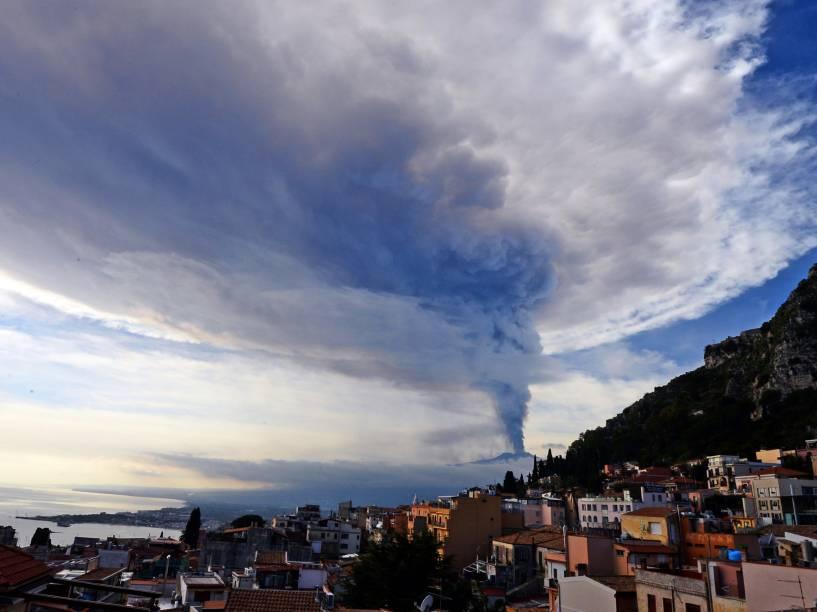 Fumaça vista sobre a cidade de Taormina durante uma erupção do Monte Etna, um dos vulcões mais ativos do mundo, perto de Catania, na Itália - 04/12/2015