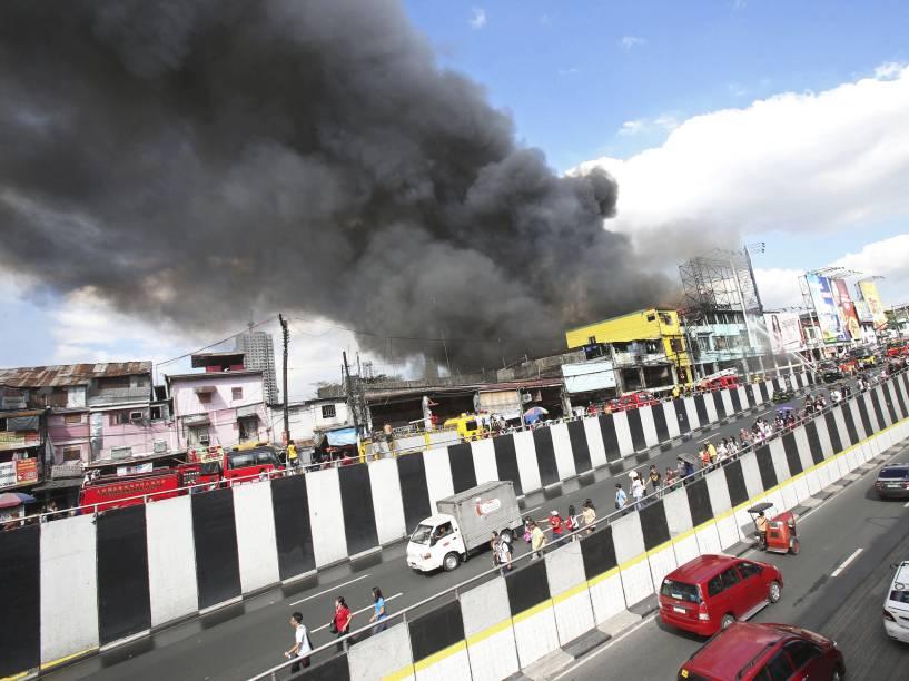 Cerca de mil famílias ficaram desabrigadas após incêndio em área residencial e comercial de Manila, nas Filipinas - 04/12/2015